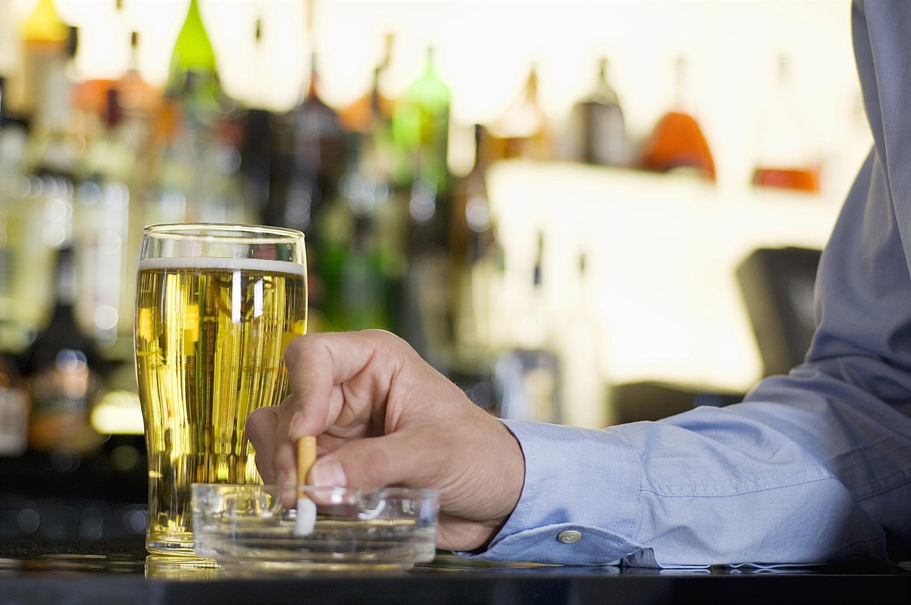 Как бросить курить, когда вы пьете с друзьями