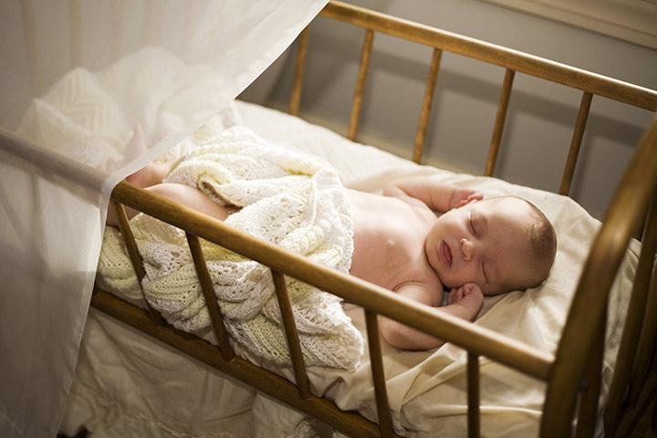 Как уложить ребенка спать в кроватке
