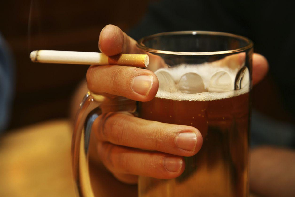 Риск инфекции легких увеличивается с употреблением алкоголя и курением