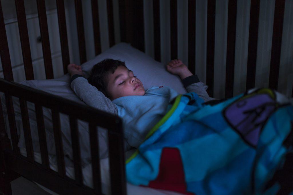 Стоит ли беспокоиться, если ваш ребенок стучит головой?